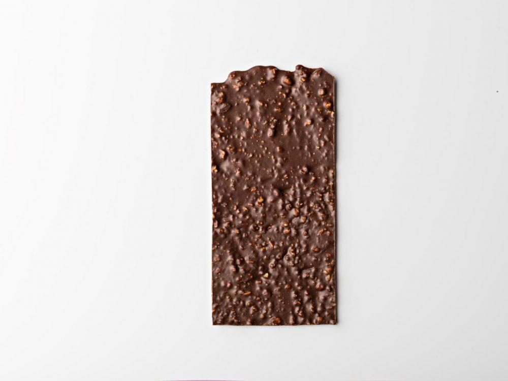 שוקולד מריר עם שקדים מקורמלים גרוסים