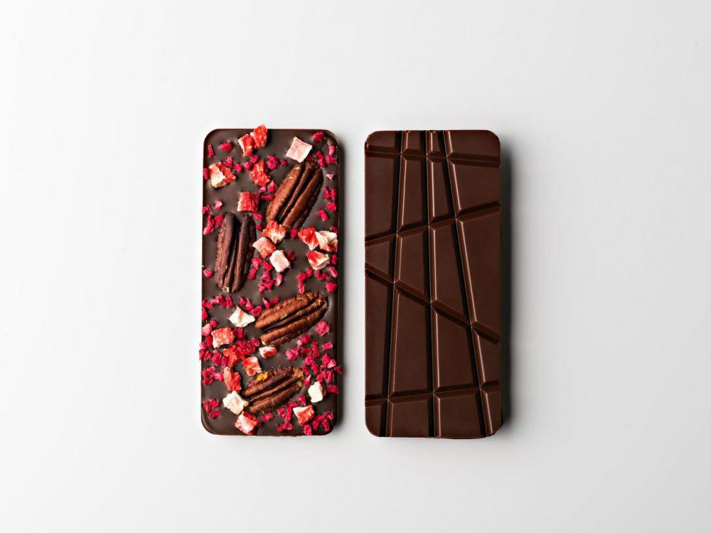 טבלת שוקולד מריר עם שבבי תותים