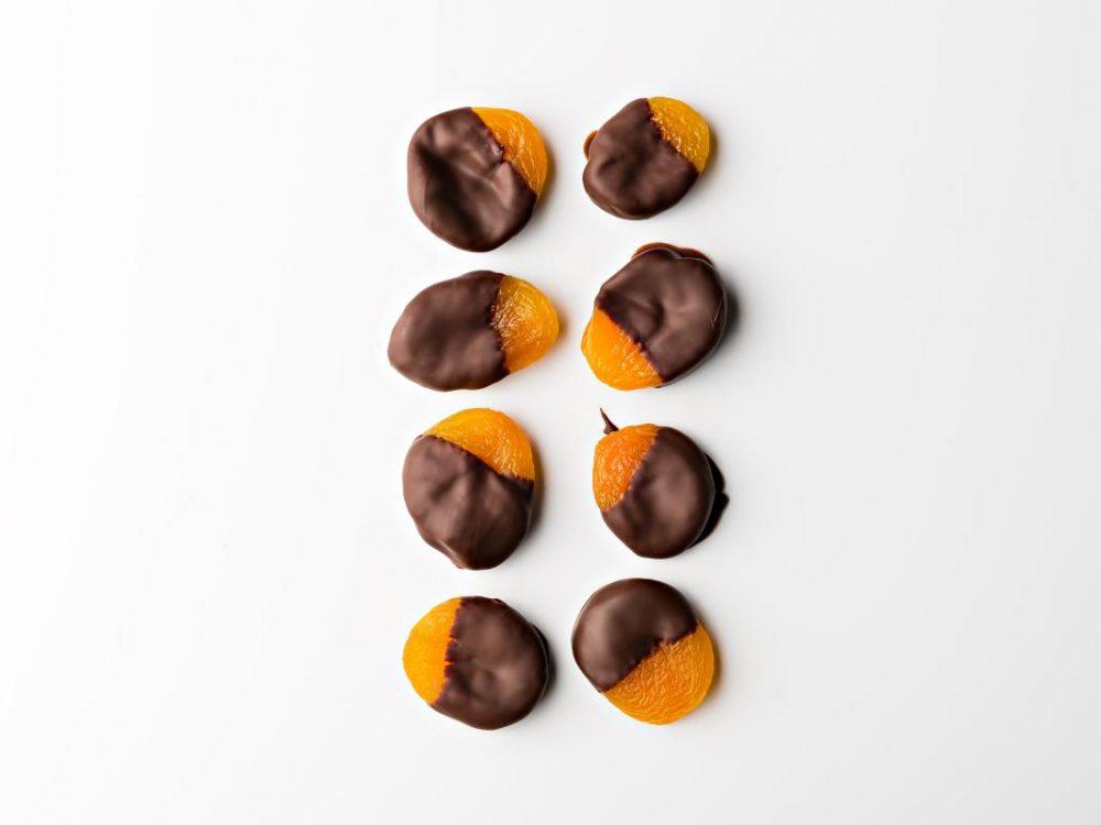 משמשים טבולים בשוקולד מריר