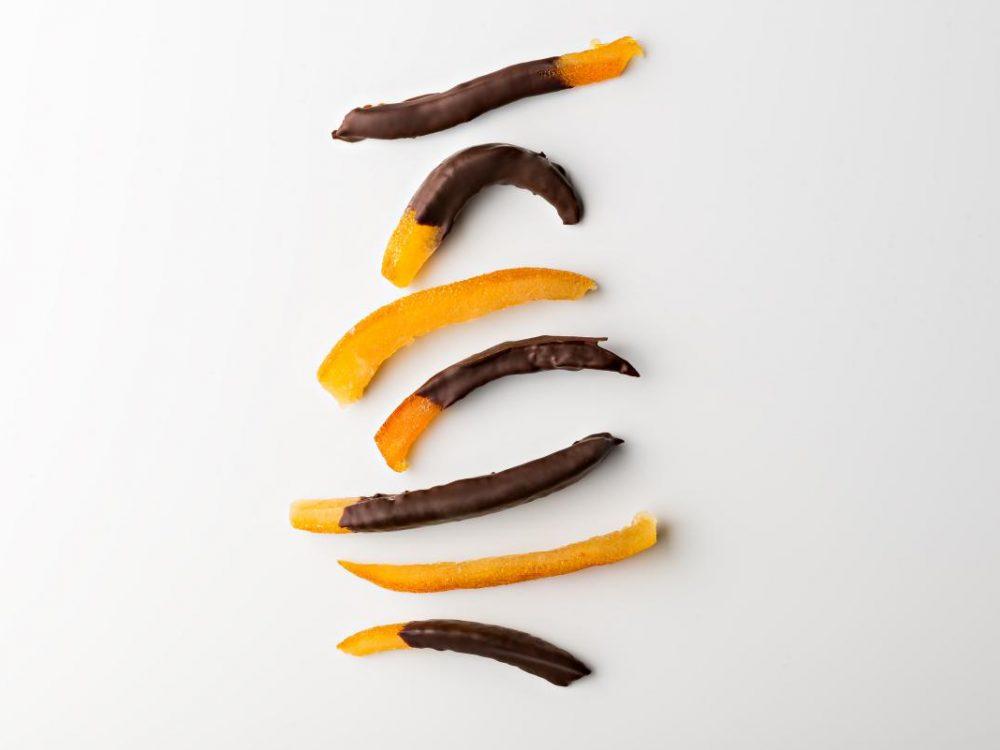 רצועות תפוז מסוכר בעבודית