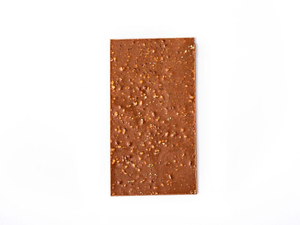 שוקולד חלב עם שקדים מקורמלים גרוסים.