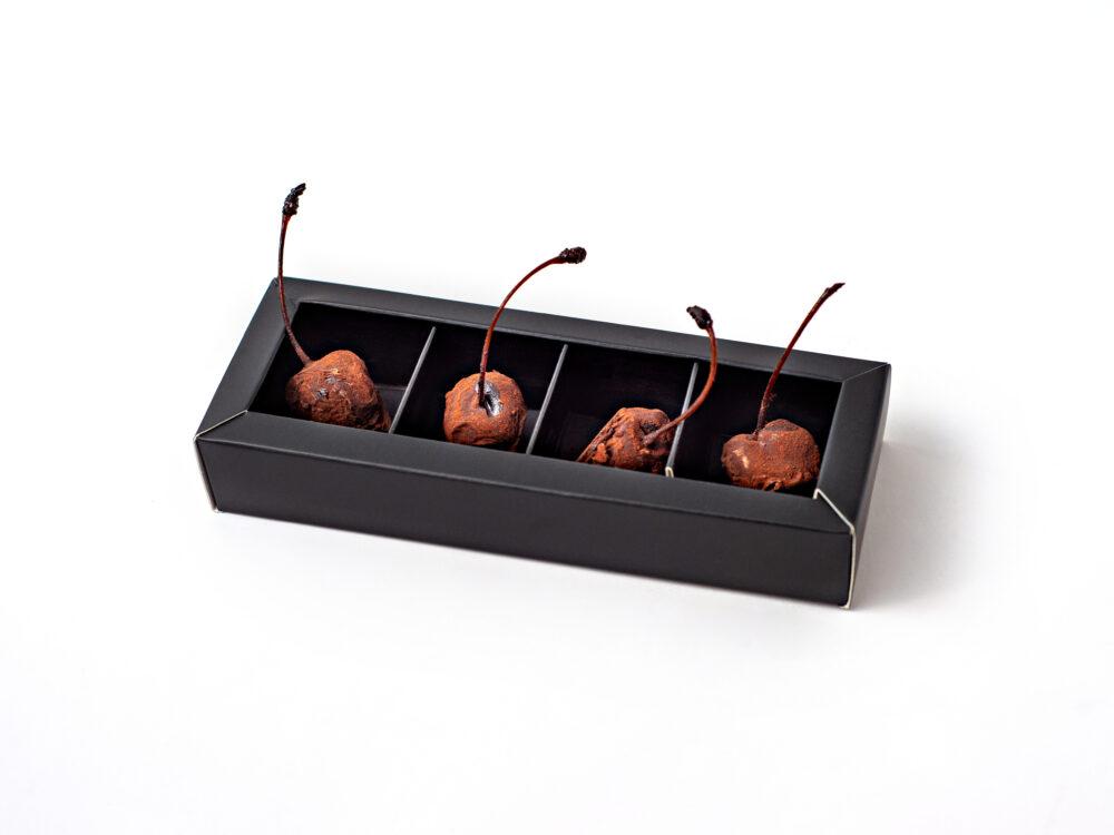 דובדבני אמרנה, טבולים בשוקולד מריר ואבקת קקאו.
